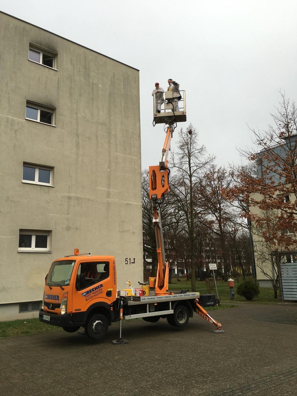 Fassadenausbesserung mit Hebebühne