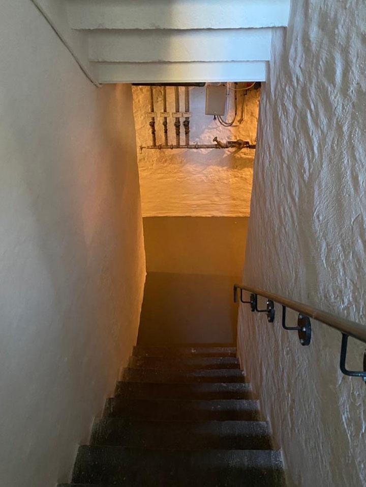 Kellertreppe in Weiß