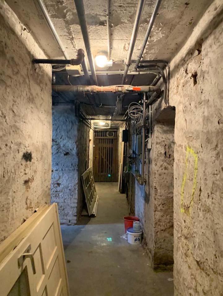 Kellerflur vor der Sanierung