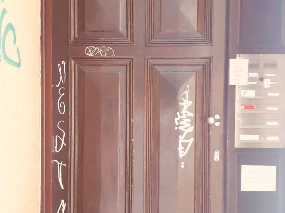 Haustür mit Graffitis